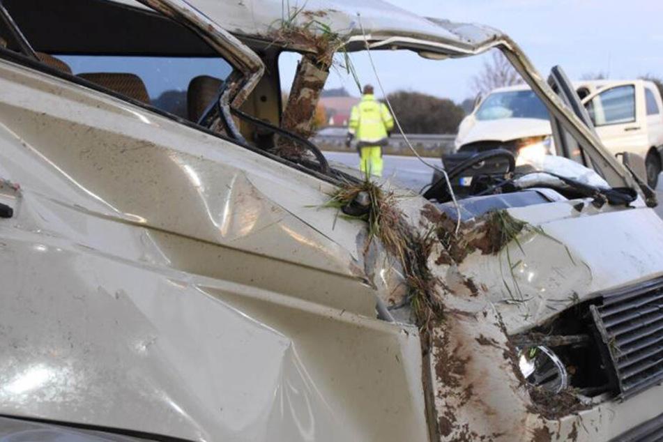 A4-Unfall: Transporter kracht in VW-Bulli, zwei Personen schwer verletzt!