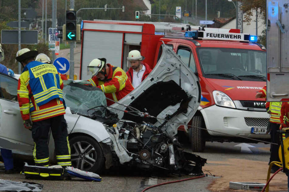 Die Feuerwehr geht am Unfallort ihrer Arbeit nach.