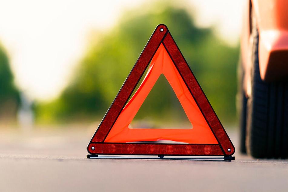 Suff-Crash gegen Straßenlampe: Mercedes fällt Mast