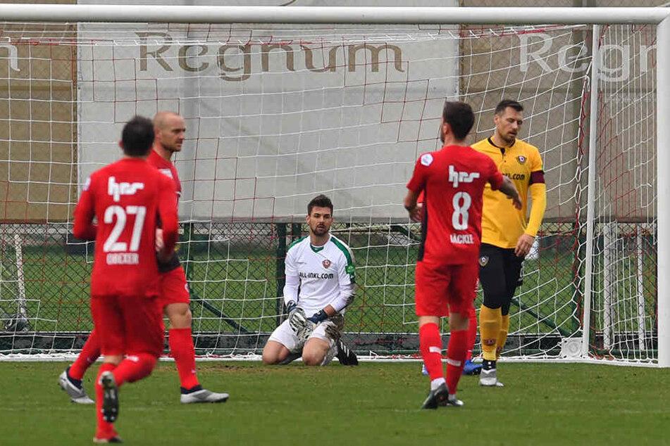 Dynamo-Keeper Patrick Wiegers (M.) kniet frustriert am Boden - gerade hat er das 0:1 gegen Aarau kassiert.