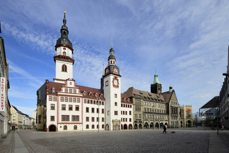 Eine Frau sprühte ein gelbes Hakenkreuz an eine Wand des Chemnitzer Rathauses.