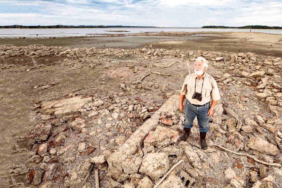 Einst im Wasser versunken, nun für kurze Zeit frei gelegt: Ur-Malsitzer  Rainer Sickert (73) hat in den Ruinen sein altes Haus wieder entdeckt.