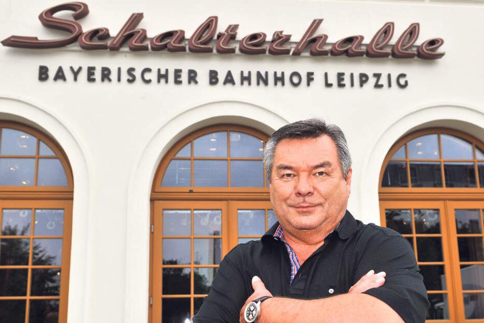 """Waldemar Hartmann (71) 2011 vorm Bayerischen Bahnhof Leipzig. Von hier moderierte er seine ARD-Sendung """"Waldis Club""""."""