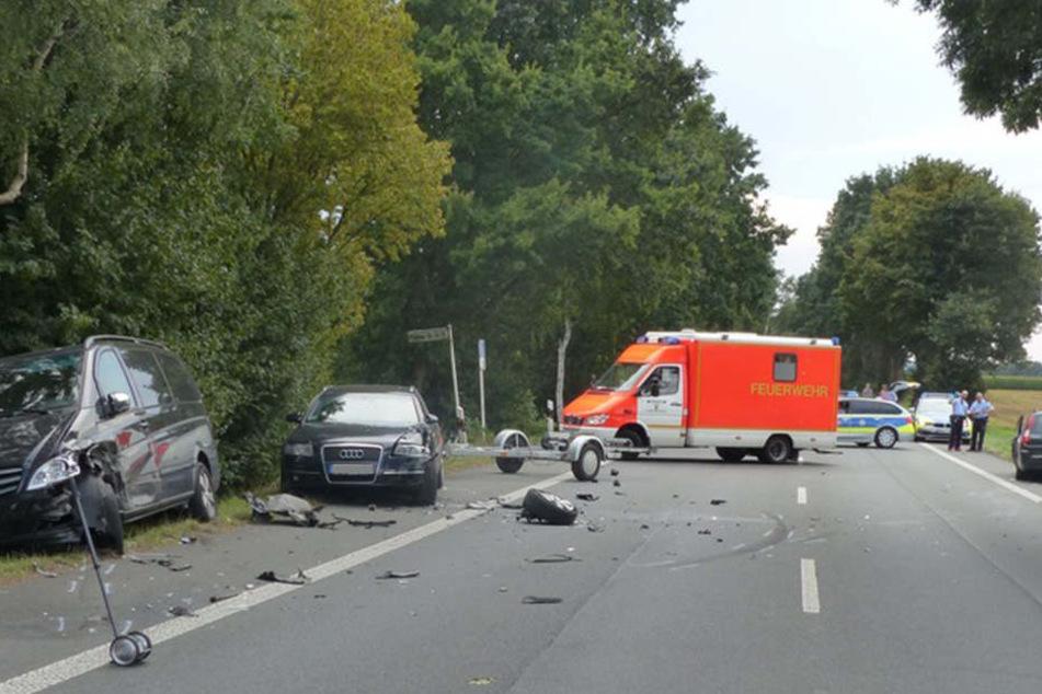 Zwei Autos samt Sportanhänger wurden bei dem Unfall beschädigt. Der Schaden beträgt laut Polizei über 25.000 Euro.