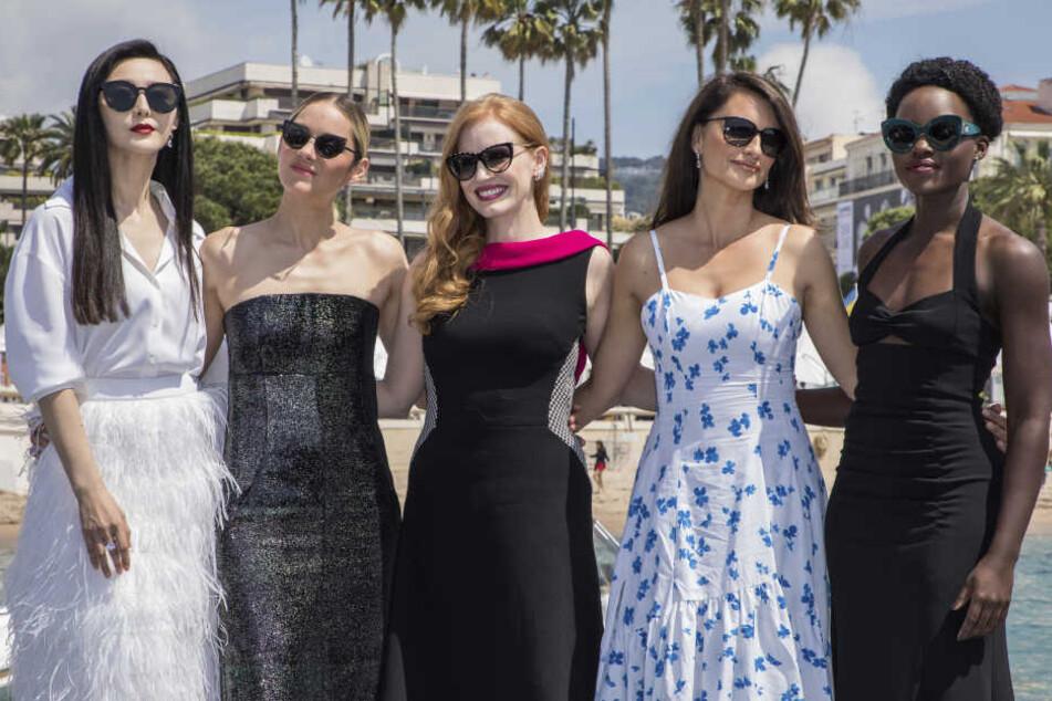 Beim Filmfestival Cannes posierte BingBing (l). noch an der Seite von Filmstars wie Penelope Cruz (2.v.r.).