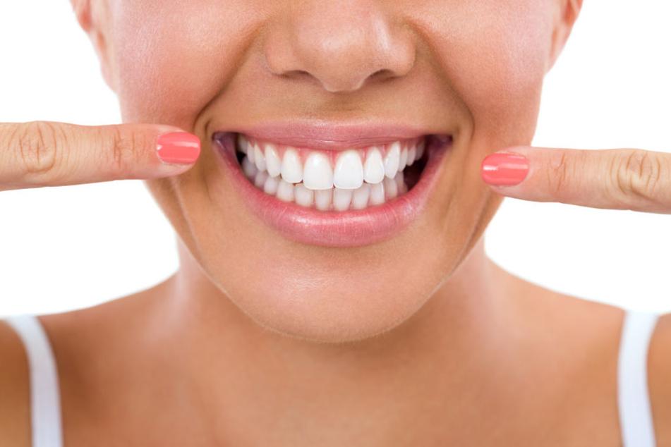 Kauen auf einer Kurkuma-Wurzel hilft, Deine Zähne aufzuhellen.