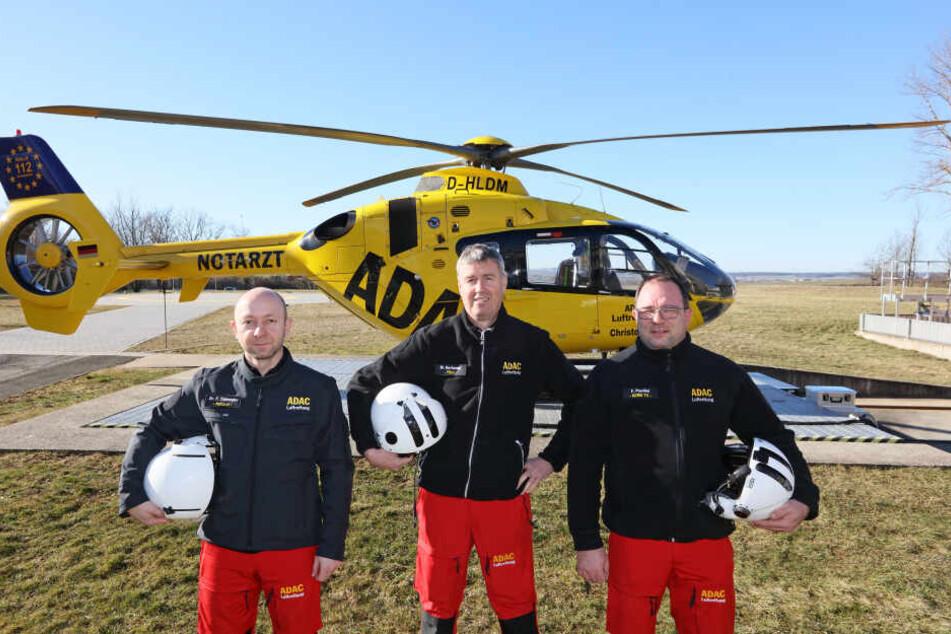 Dr. Frank Thümmler (45, v.l.), Pilot Mario Hartmann (51) und Notfallsanitäter Frank Peschel (47) freuen sich auf ihre neue Herausforderung in Westsachsen.