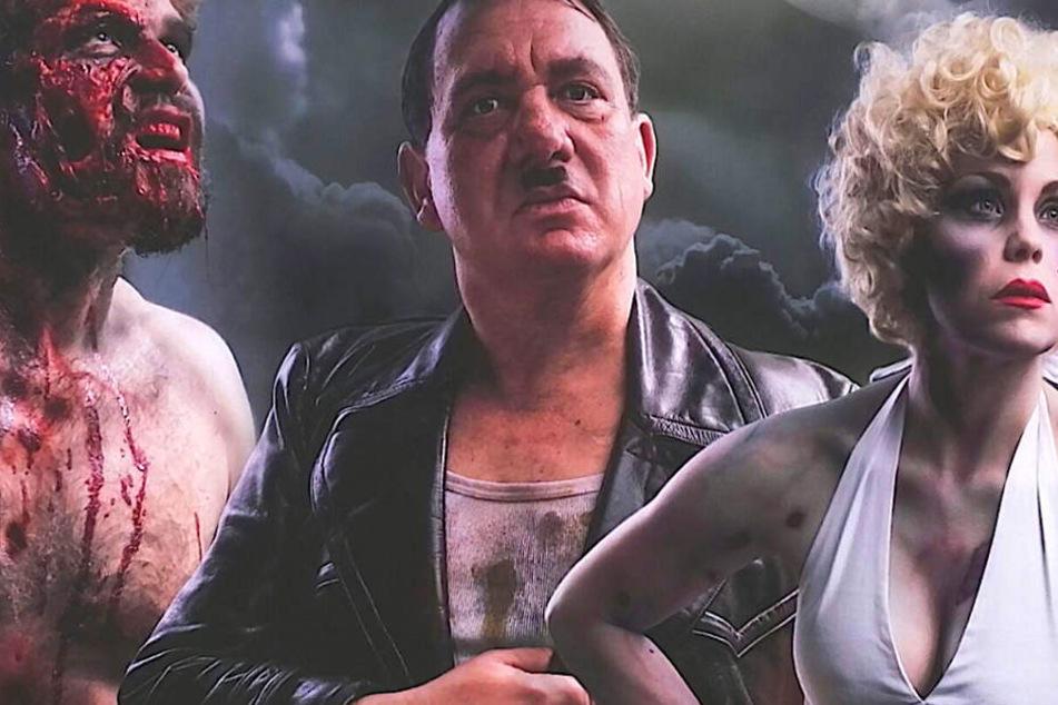 Der Hitler-Doppelgänger auf dem Plakat zwischen Marilyn Monroe und einem Zombie.