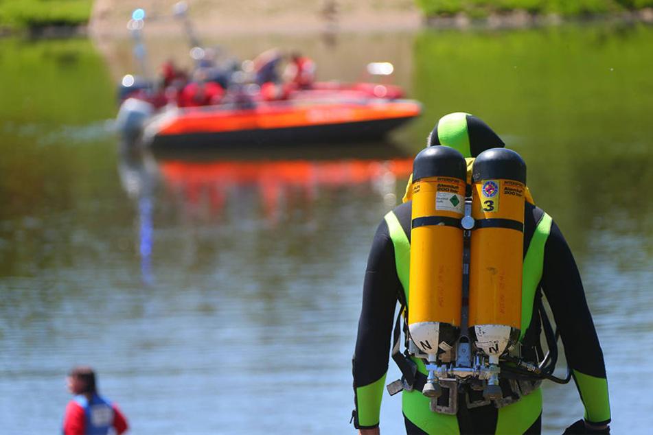 Die Feuerwehr suchte den Teich nach möglichen weiteren Opfern ab. (Symbolbild)