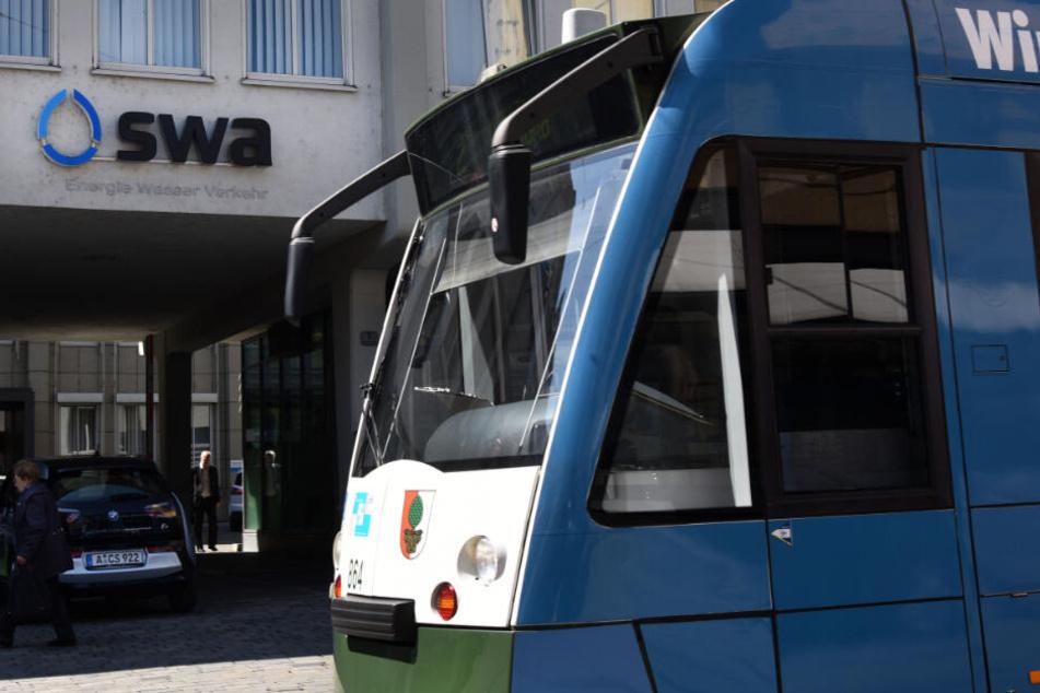 Vor der Zentrale der Augsburger Stadtwerke steht eine Straßenbahn. (Symbolbild)