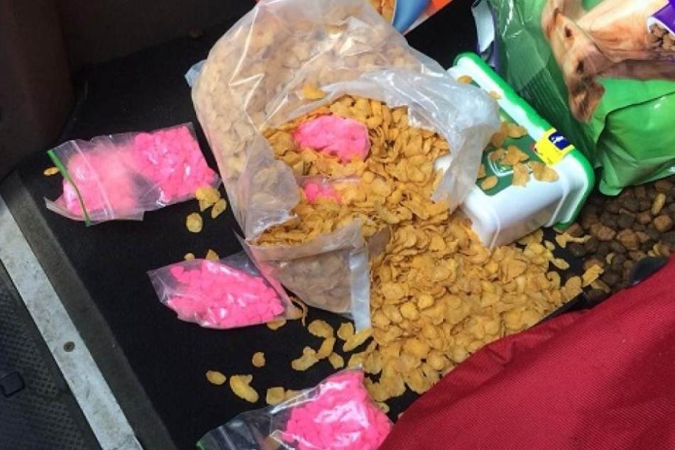 Ecstasy-Pillen in einer Cornflakes-Packung.
