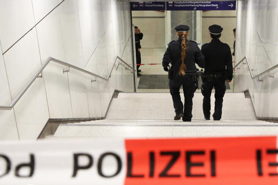 Zwei Beamte betreten den Tatort am Jungfernstieg. (Archivbild)