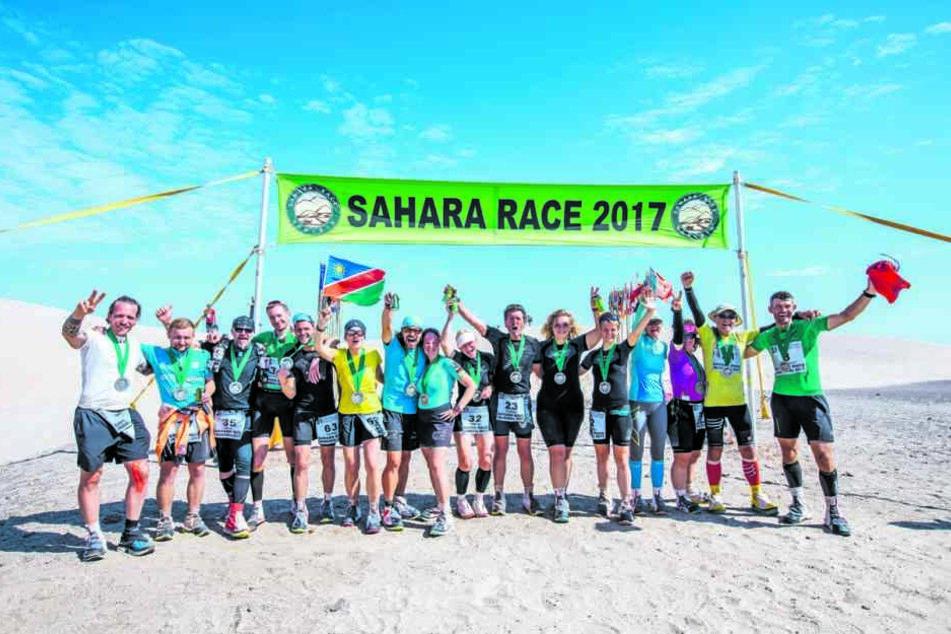 """Glückliche Sportler vom """"Little desert runners Club"""" - und die Sächsin mittendrin."""