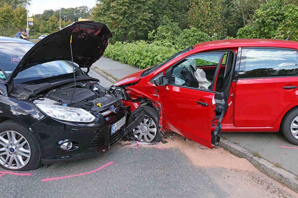 Der Ford und der VW waren frontal kollidiert.