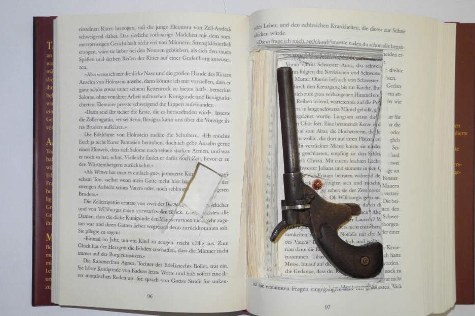 In dem Buch befand sich eine Pistole.
