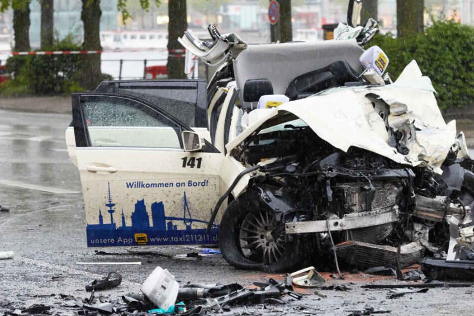 Das Wrack eines Taxis liegt am Ballindamm in Hamburg auf der Straße. Im Mai 2017 hatte ein Mann dort einen tödlichen Unfall gebaut.