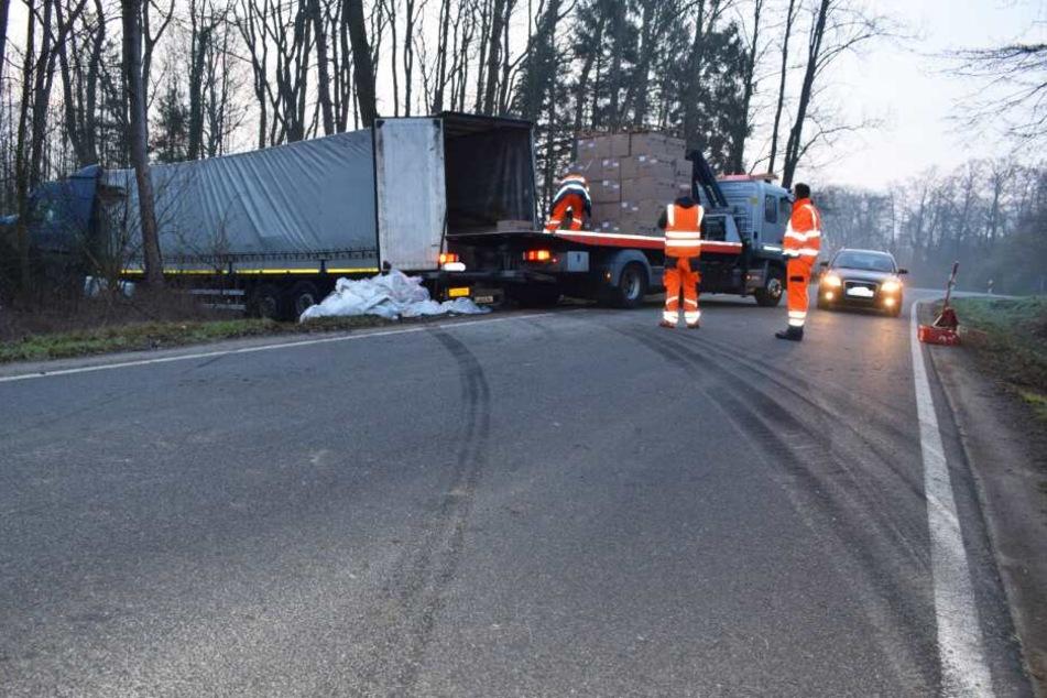 Bei seinem Bremsmanöver hinterließ der Lastwagen Streifen auf der Fahrbahn.