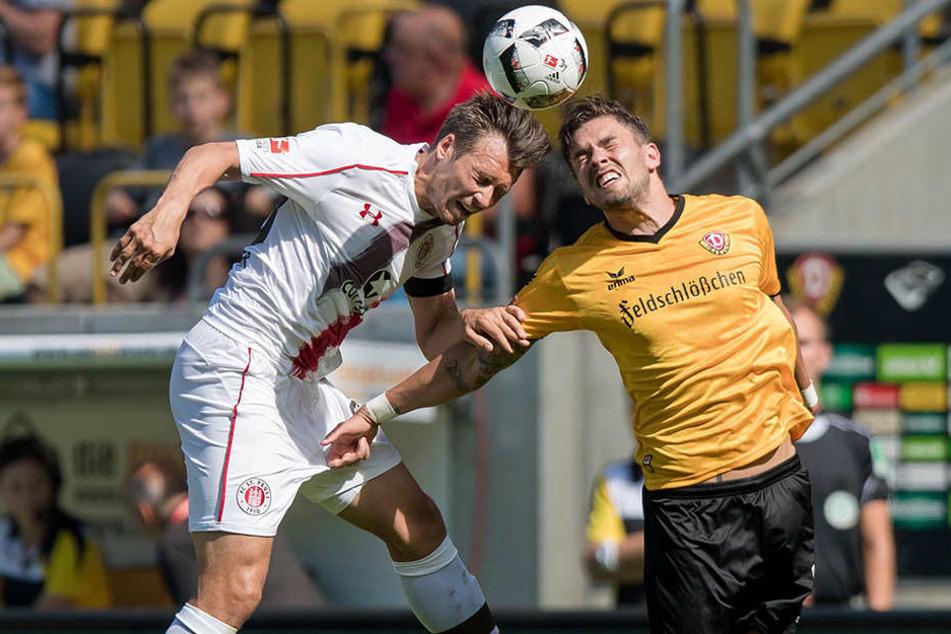 Hier noch Rivalen, jetzt Teamkollegen: Sören Gonther (l.) im St.-Pauli-Trikot beim Kopfball-Duell mit Pascal Testroet.