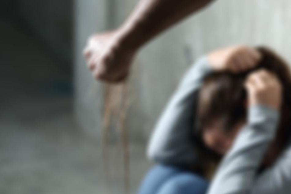 15 Jahre lang musste die vergewaltigte Frau mit der Gewissheit leben, dass der Täter noch frei herumlief. Dann landete die Polizei einen Zufallstreffer (Symbolbild).