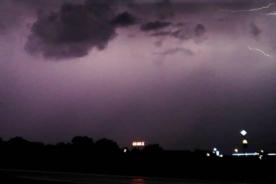 Helle Blitze zuckten am Samstagabend durch den Himmel.