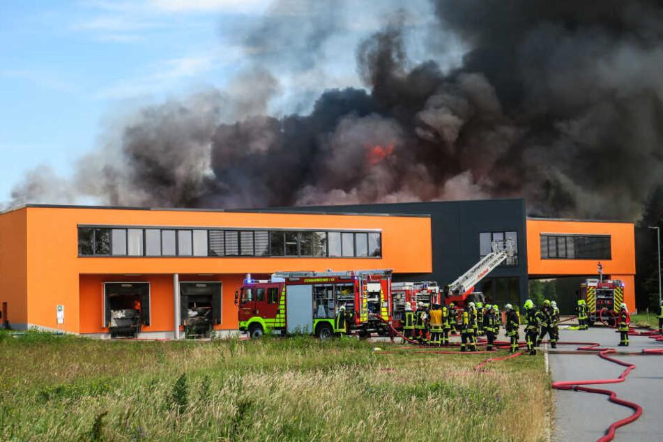 Löschwasser in Güllewagen! So krass war der Einsatz beim Möbelfabrik-Feuer