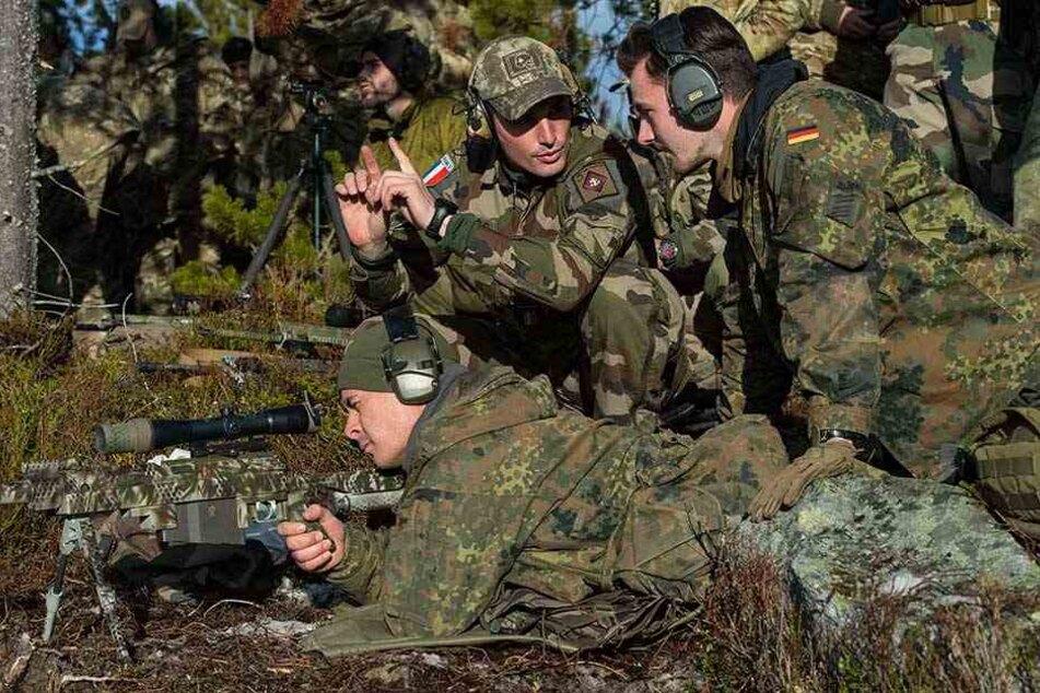 Französische und deutsche Scharfschützen üben gemeinsam beim Nato-Manöver Trident Juncture in Norwegen.