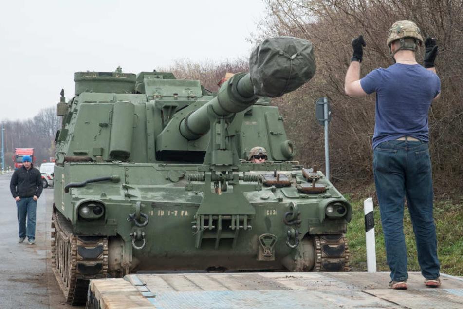 Die Panzer musste gewogen und verladen werden.