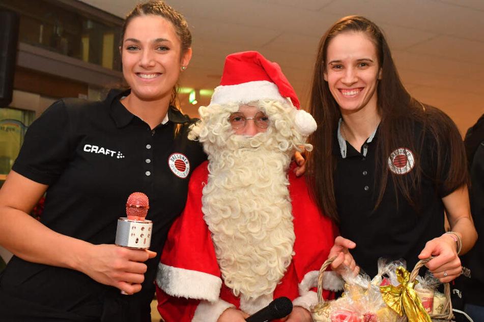 Milica Kubura (l.) und Ivana Mrdak nehmen hier liebevoll den Weihnachtsmann in die Mitte.