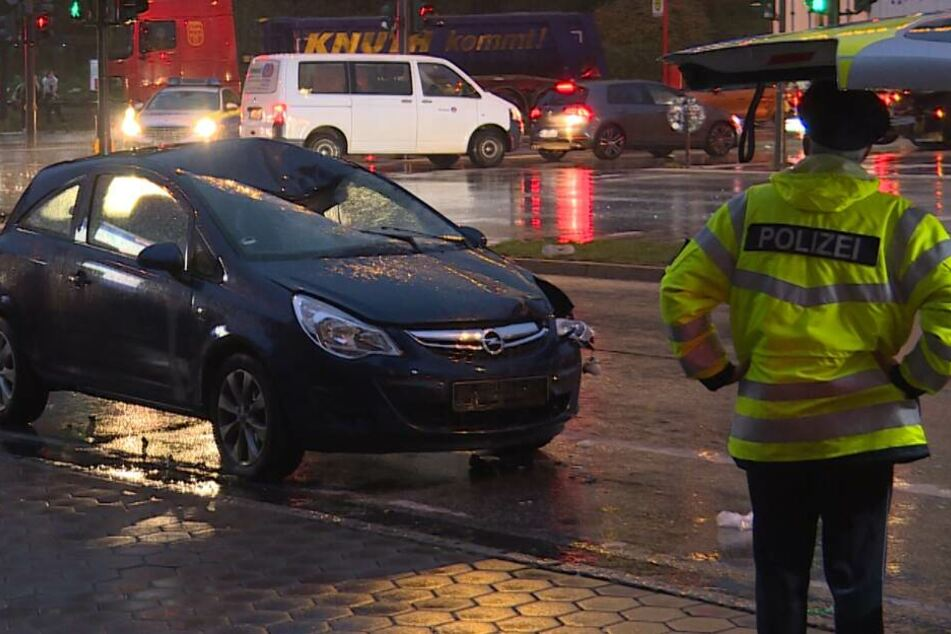 Radfahrer nach Unfall an Hamburger Landungsbrücken in Lebensgefahr