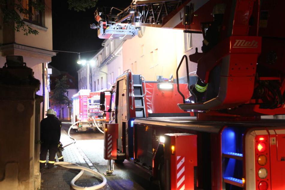 Feuerwehr bittet Mieter, in brennendem Wohnhaus zu bleiben