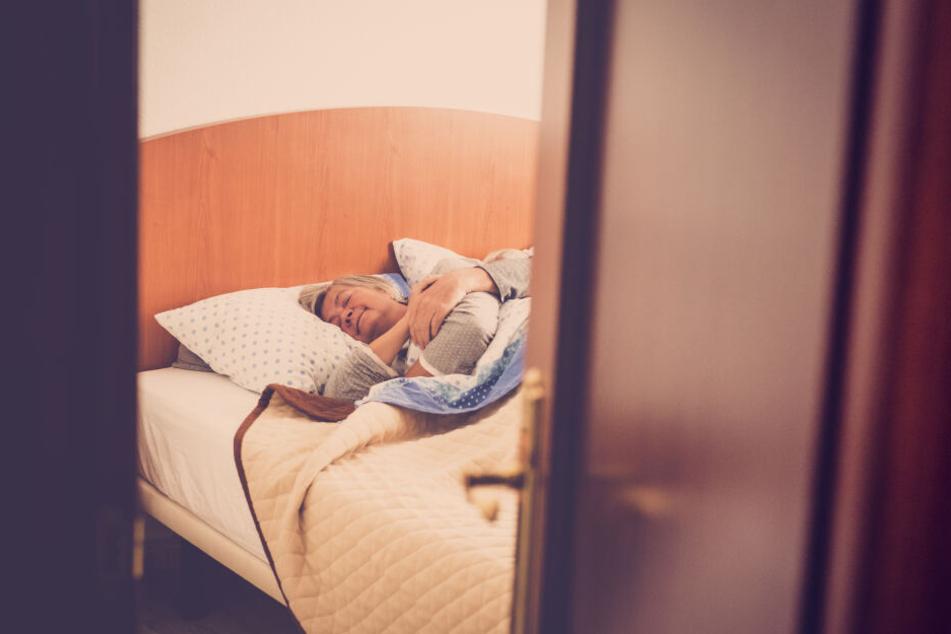 Unbekannte Einbrecher haben in Adorf (Vogtlandkreis) eine schlafende Frau in ihrem Wohnzimmer eingeschlossen. (Symbolbild)