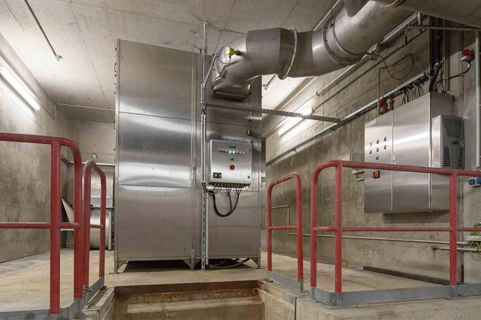 Riesige unterirdische Filteranlagen zerstören Gerüche etwa mit UV-Strahlung.