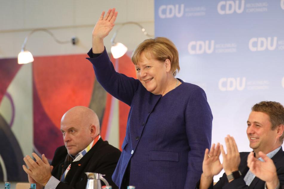 Bundeskanzlerin Angela Merkel (CDU) winkt auf dem 35. Landesparteitag der CDU Mecklenburg-Vorpommern im IFA-Hotel nach ihrer Rede den Delegierten zu.