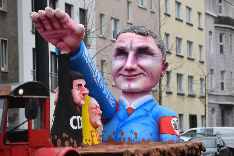 Düsseldorf: Ein Motivwagen Thüringen und Björn Höcke steht auf der Straße vor dem Rosenmontagszug. Mit den Rosenmontagszügen erreicht der rheinische Straßenkarneval seinen Höhepunkt.