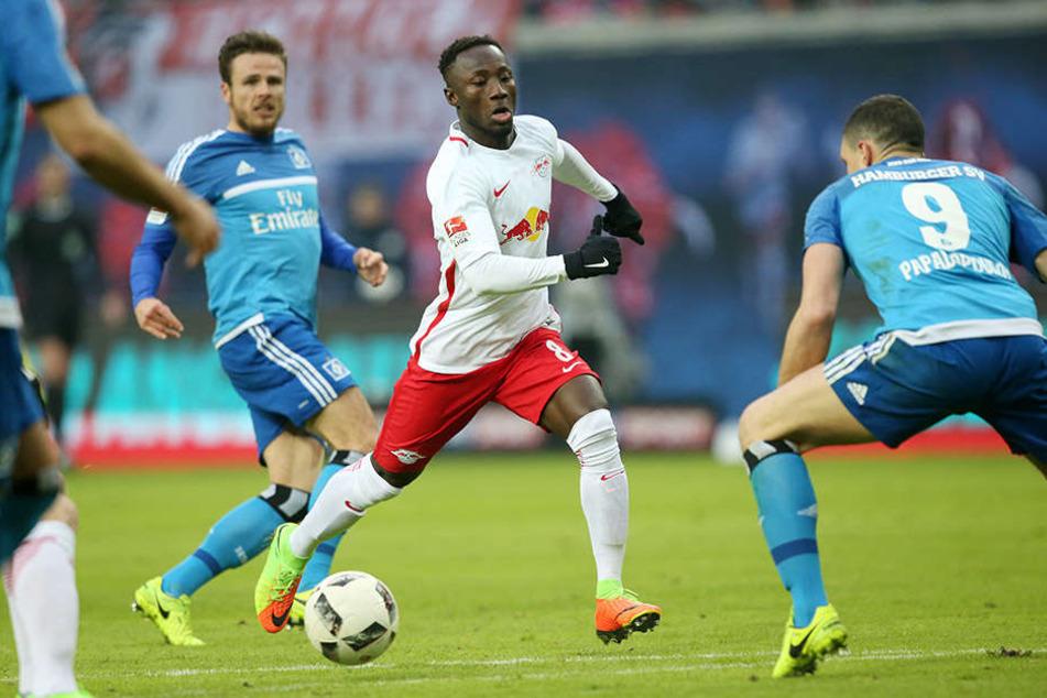 Erst kam die 0:3-Pleite, dann wurden Vorwürfe gegen gewaltsame Ausschreitungen zwischen Hamburger Fans und Ordnern des RB laut. (am Ball: RB-Spieler Naby Keita)