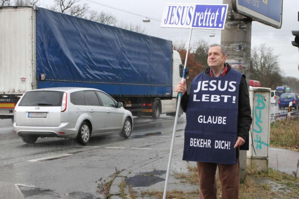 Johann Pauls steht bei Wind und Wetter draußen auf der Kreuzung, um die Menschen zu bekehren.