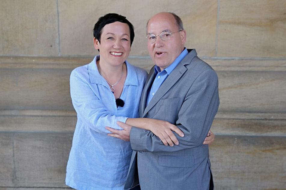"""Arm in Arm: """"LiebesFräulein"""" Claudia Hoffmann und Linken-Ikone Gregor Gysi."""