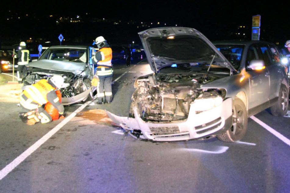 Die Autos wurden bei dem Crash schwer beschädigt.