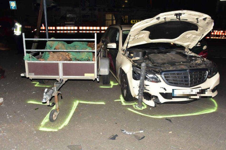 Nachdem es gegen einen abgestellten Anhänger gekracht war, kam das Taxi zum stehen.