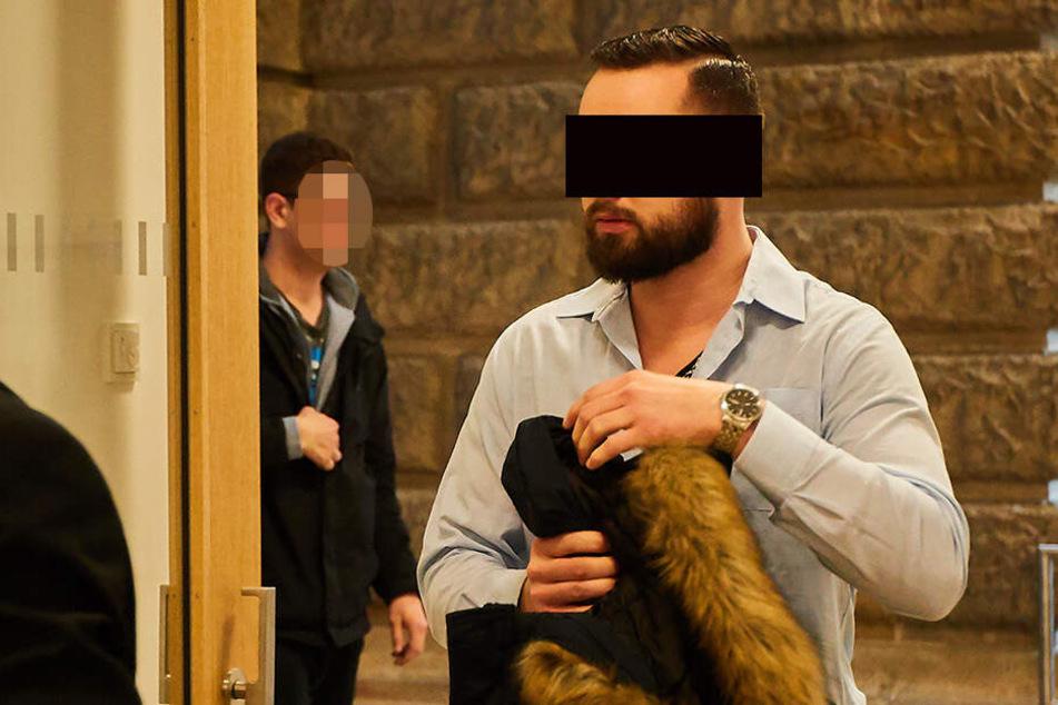 Ex-Wachpolizist Ronny H. (28) wurde von seiner Ex vor Gericht gezerrt.