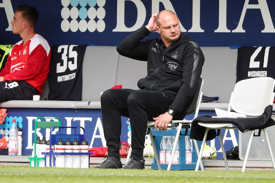 FSV-Sportdirektor David Wagner kratzt sich am schütteren Haupt. Er hatte sich die Zusammenarbeit mit Ronny Garbuschewski anders vorgestellt.
