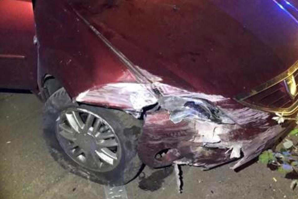 Ein 18 Jahre alter Autofahrer krachte mit seinem Wagen gegen eine Mauer.