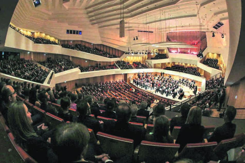 Blick in den großen Saal: Die Spielstätte der Dresdner Philharmonie (rund  1800 Plätze) fasziniert durch ihre Weinberg-Architektur.