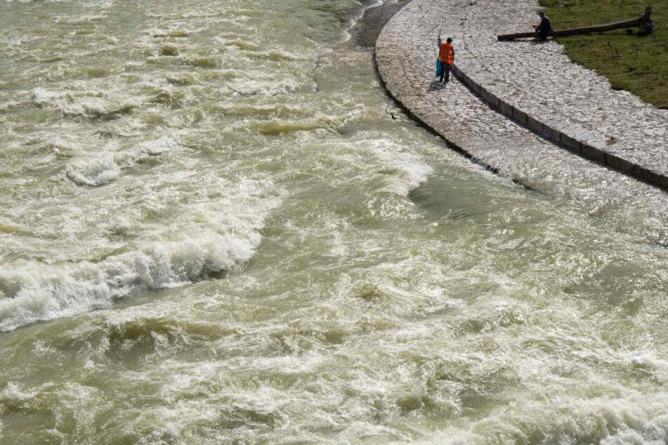 Durch den Starkregen war die Isar in München komplett überflutet.