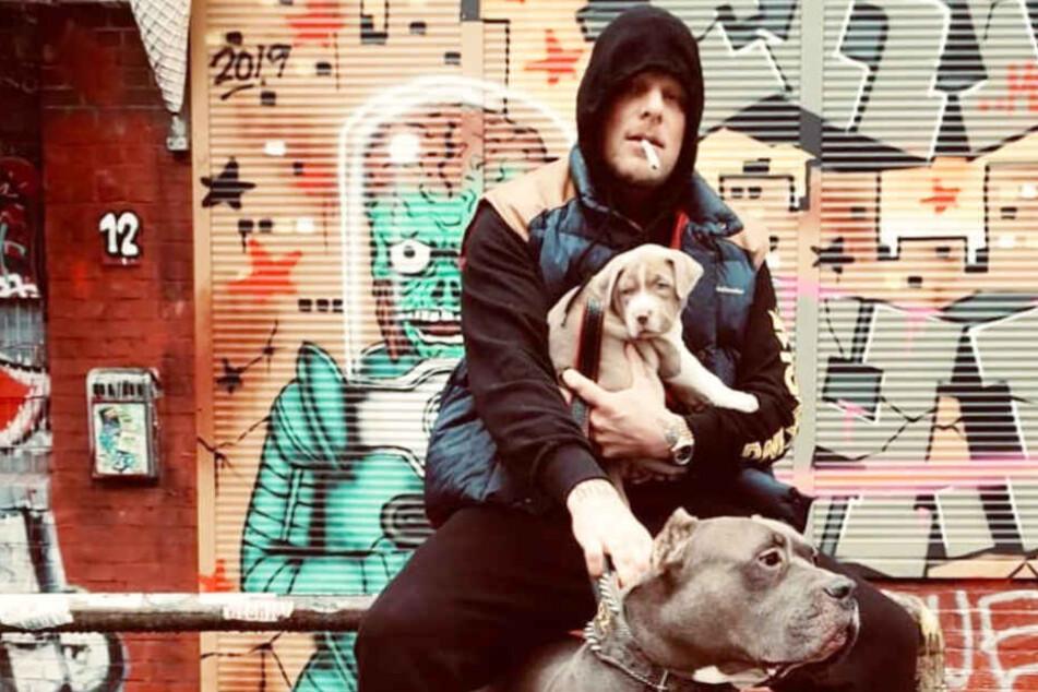Bonez MC mit einem Hundewelpen, der eigentlich neues Mitglied der 187 Strassenbande werden sollte.
