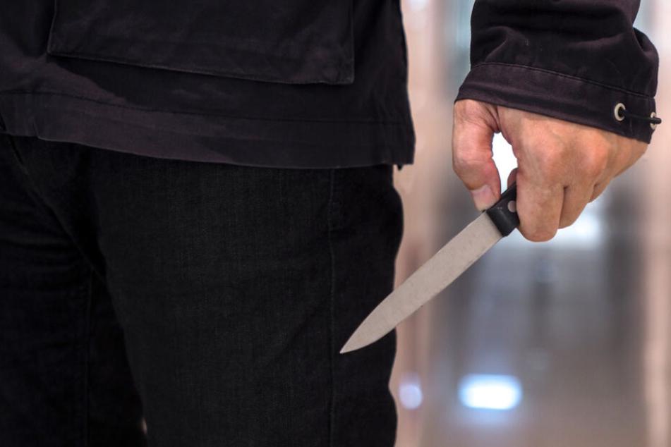 Messer-Mann bedroht Bahnreisende: Als die Polizei kommt, tickt er völlig aus