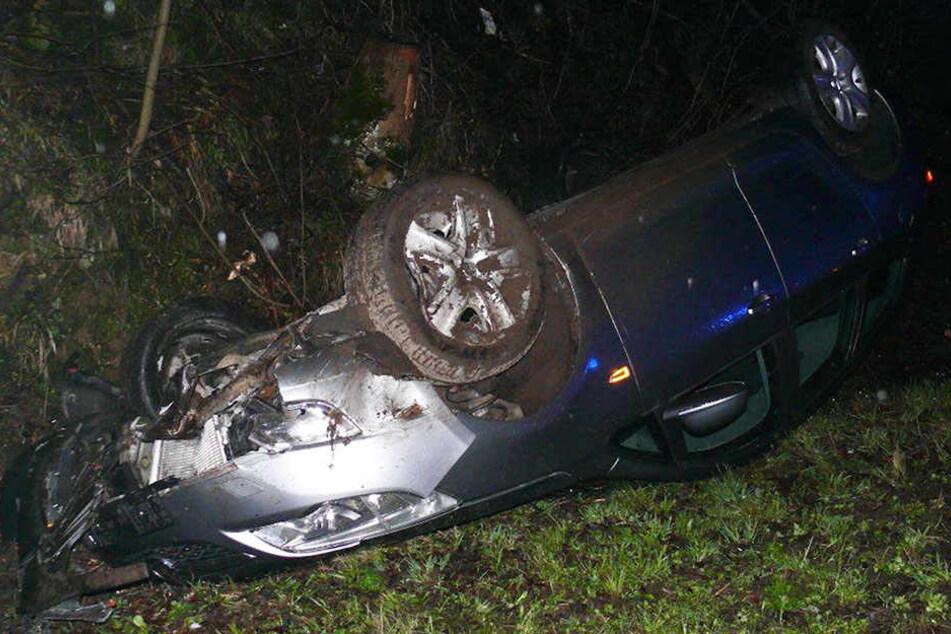 Auto kracht aufs Dach: 19-Jähriger schwer verletzt