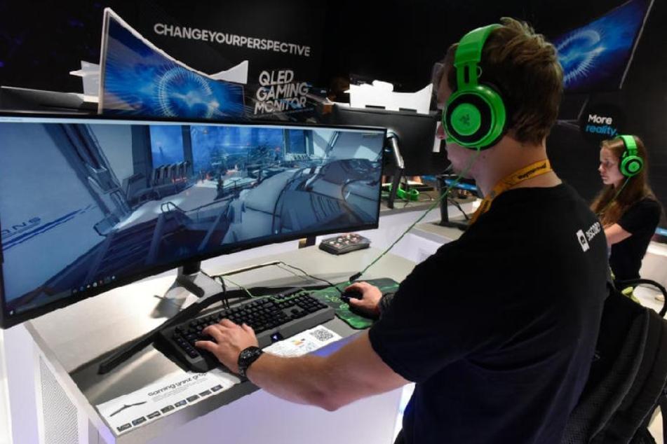 Auf der Gamescom können Besucher neue Spiele testen, gleichzeitig treffen sich Entwickler und Fachbesucher.