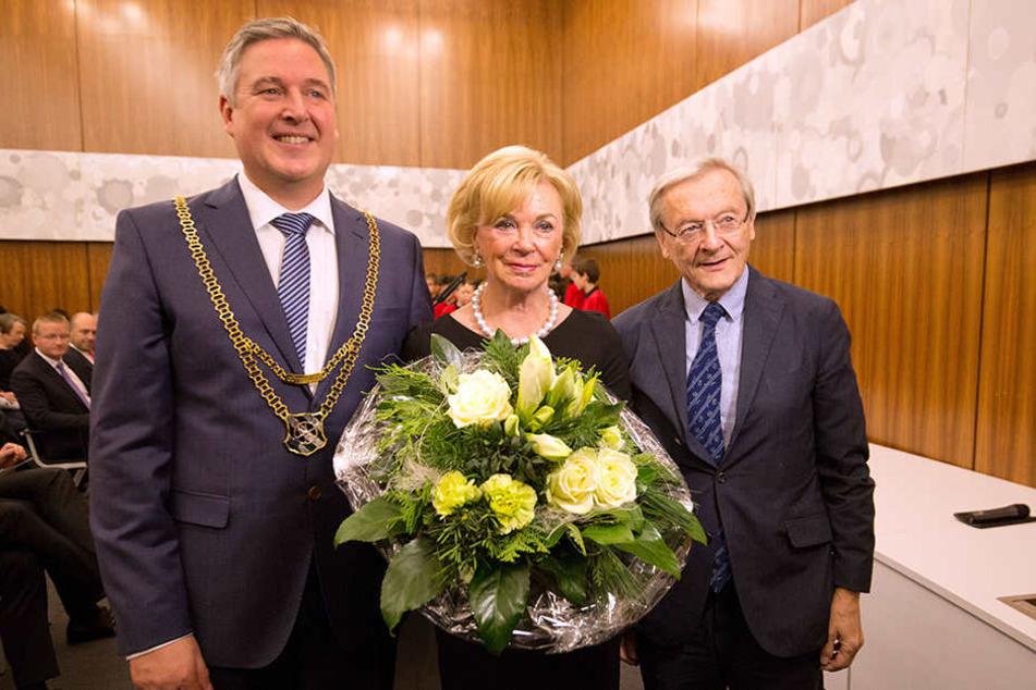 Güterslohs Bürgermeister Henning Schulz (li.) und Österreichs ehemaliger Bundeskanzler Wolfgang Schüssel (re.) gratulieren Liz Mohn (mi.) zu ihrer Ehrenbürgerwürde.