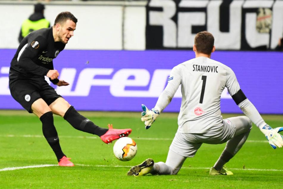 Wenig später schlägt der Ball zum vierten Mal im Salzburger Kasten ein: Filip Kostic (l.) überwindet Keeper Cican Stankovic.